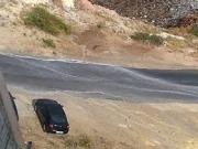 بالفيديو السرعة الجنونية تسقط سيارة من اعلى جسر مرج الحمام.
